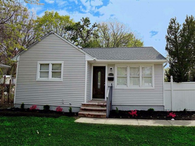 3 BR,  1.00 BTH  Raised ranch style home in Bay Shore